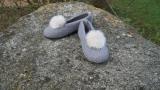 Paar Filzschuhe für Damen mit Kunstfell-Bommel in Betongrau