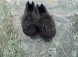 Paar Filzschuhe für Damen mit Kunstfell-Bommel in schwarz