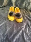 Paar Filzschuhe für Damen mit Kunstfell-Bommel in gelb