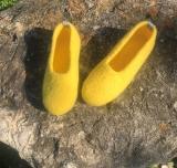 Paar Filzschuhe Zitronengelb